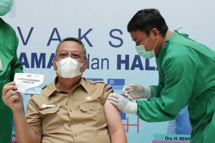 Wakil Wali Kota Tangerang Selatan Benyamin Davnie menjalani vaksinasi Covid-19 di Gedung Balai Kota Tangerang Selatan, Selasa (2/3/2021)