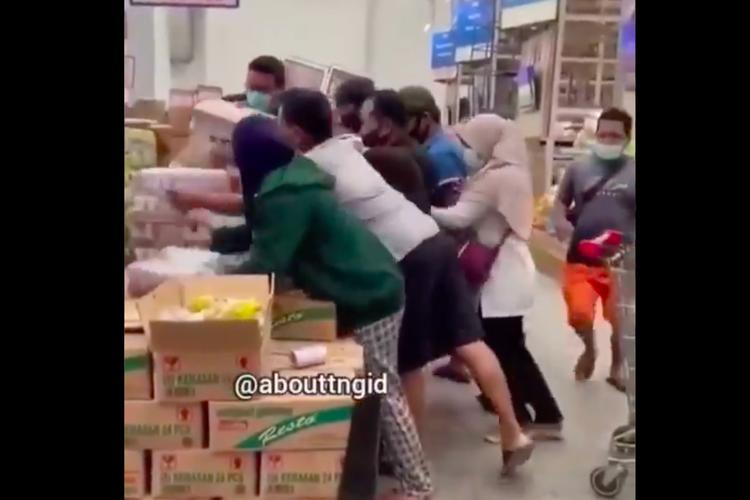 Unggahan viral video saat pembeli berebut susu beruang di salah satu pusat perbelanjaan.