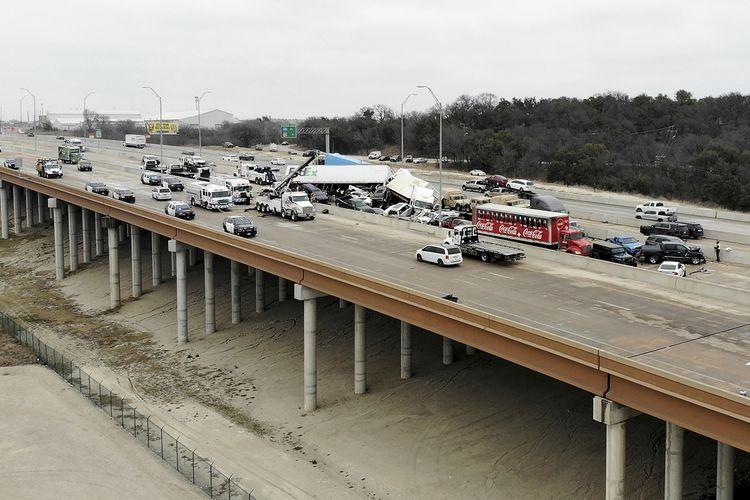 Tim penyelamat datang untuk mengevakuasi korban kecelakaan beruntun di Interstate 35 dekat Fort Worth, Texas, Amerika Serikat, pada Kamis (11/2/2021). Polisi mengatakan, insiden yang menewaskan 6 orang ini melibatkan 75-100 kendaraan di jalan tol yang berselimut es karena musim dingin.