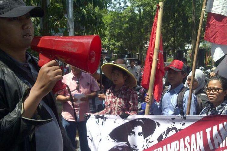 Puluhan mahasiswa di Malang gelar aksi memperingati hari tani nasional. Aksi itu digelar di depan gedung DPRD Kota Malang, Rabu (24/9/2014). Mereka meminta Jokowi-JK melaksanakan reforma agraria.