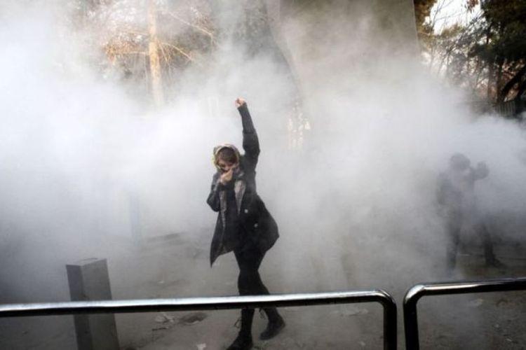 Seorang mahasiswi Universitas Teheran berunjuk rasa menentang kenaikan harga pokok Sabtu (30/12/2017). Demo tersebut merupakan yang paling serius sejak 2009