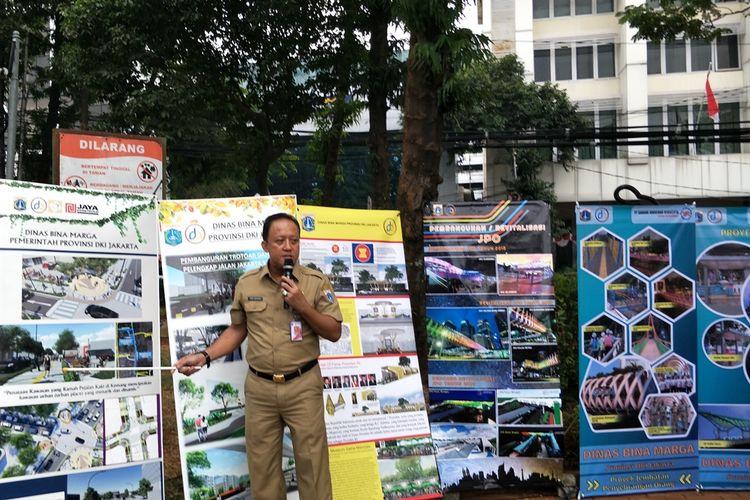 Kepala Dinas Bina Marga DKI Jakarta Hari Nugroho menjelaskan revitalisasi trotoar di 31 ruas jalan di Taman Sepeda, Melawai, Jakarta Selatan, Selasa (27/8/2019).