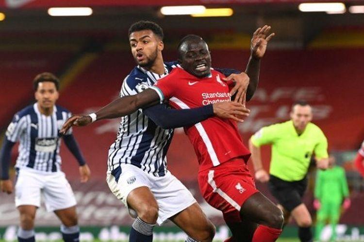 Sadio Mane (kanan) ditempel ketat oleh Darnell Furlong dalam laga Liverpool vs West Brom di Anfield Stadium, Minggu (27/12/2020) malam WIB.