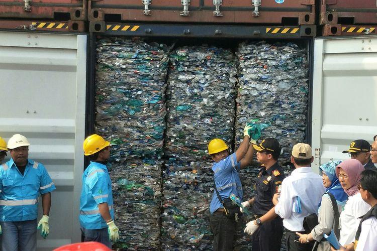Dirjen Bea Cukai Heru Pambudi di depan kontainer berisi sampah plastik, Jakarta, Rabu (18/9/2019)