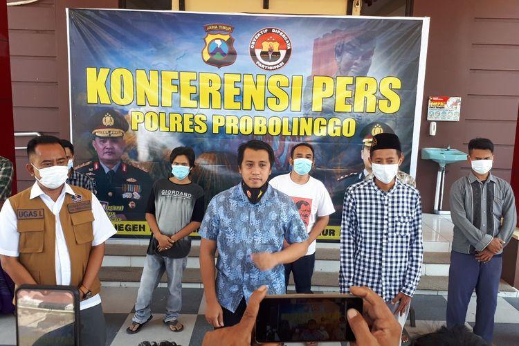 Polisi memeriksa tujuh orang yang menyebarkan video dan foto dengan marasi mata jenazah Covid-19 hilang dicongkel.