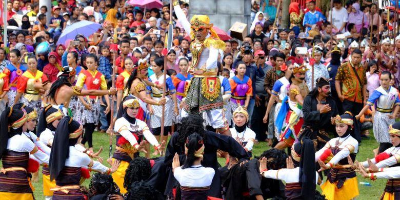 Tari kolosal berjudul Babad Tanah Mantyasih ini menjadi bagian prosesi Grebeg Gethuk pada puncak perayaan HUT ke-1.112 Kota Magelang, Jawa Tengah, Minggu (15/4/2018).