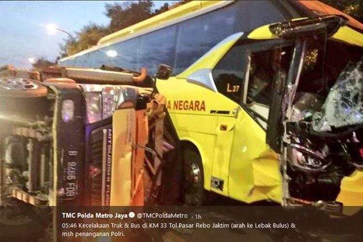 Kecelakaan lalu lintas terjadi antara bus dan truk di kilometer 33 Tol Pasar Rebo Jakarta timur ke arah Lebak Bulus, Jakarta Selatan, Rabu (20/6/2018).