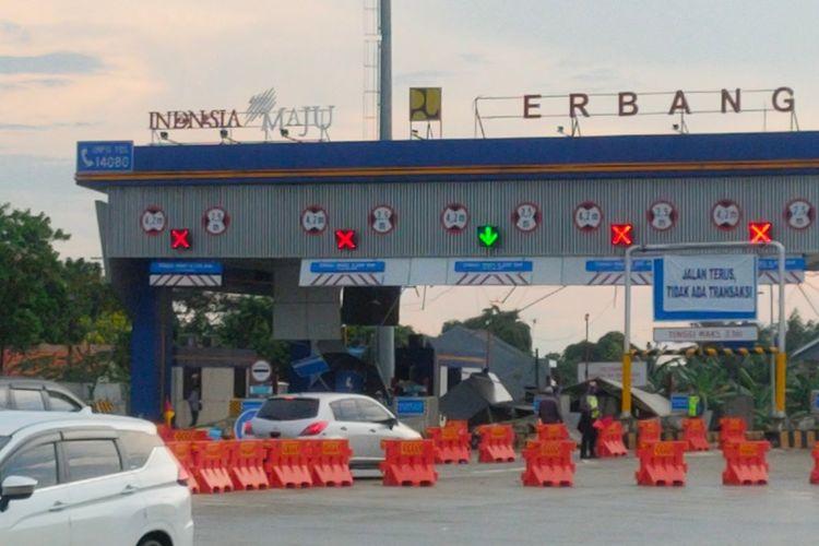 Sejumlah kendaraan melintasi Gerbang Tol Parigi, Tangerang Selatan yang rusak akibat angin kencang, Minggu (21/3/2021).