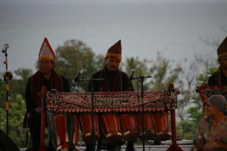 Gendang Batak sedang dimainkan dalam Festival Danau Toba di Kabupaten Samosir, Sumatera Utara, Selasa (10/9/2013).