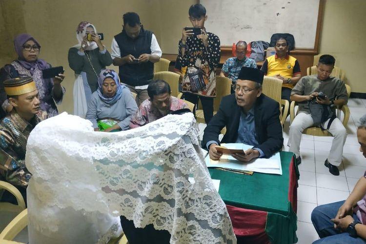 Seorang tersangka kasus kerusuhan 22 Mei 2019 di Cideng, Jakarta Pusat, berinisial AC melangsungkan pernikahan dengan seorang perempuan berinisial MA di Rumah Tahanan (Rutan) Narkoba Polda Metro Jaya, Jumat (21/6/2019).