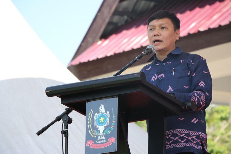 Wakil Menteri ATR/Wakil Kepala BPN Surya Tjandra saat penyerahan sertipikat tanah di Kabupaten Soppeng, Sulawesi selatan.