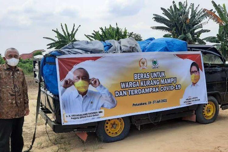 Mantan Gubernur Riau yang juga Anggota DPR RI, Arsyadjuliandi Rachman saat memborong beras dari hasil panen padi para petani di Kecamatan Bunga Raya, Kabupaten Siak, Riau, Selasa (27/7/2021).