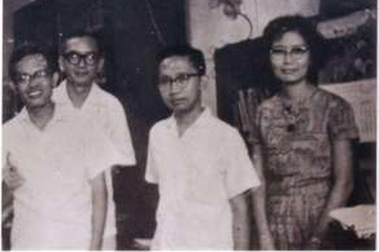Generasi pertama Intisari, dari kiri ke kanan: Jakob Oetama, PK Ojong, Adi Subrata, dan Irawati
