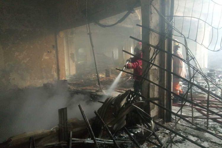 Petugas Damkar yang masih memadamkan sisa-sisa api di Pasar Weleri, Kendal, Jawa Tengah, Jumat (13/11/2020).