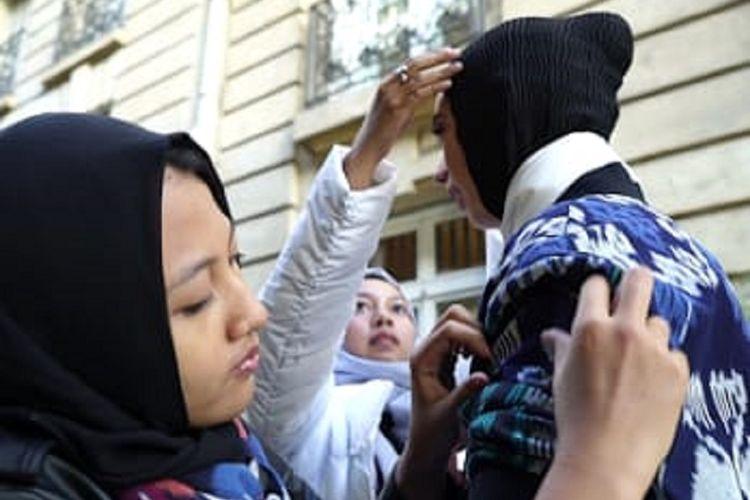 Fitria Noor Aisyah (19) dan Farah Aurellia Majid (17), siswi SMK asal Kudus, sukses membawa kain troso asal Jepara melenggang di Paris, Perancis.
