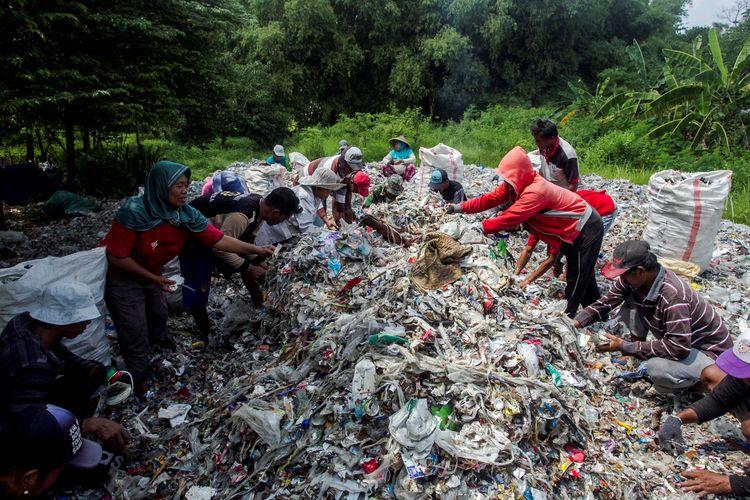 Ilustrasi. Kelompok pekerja pengumpul sampah sektor informal.