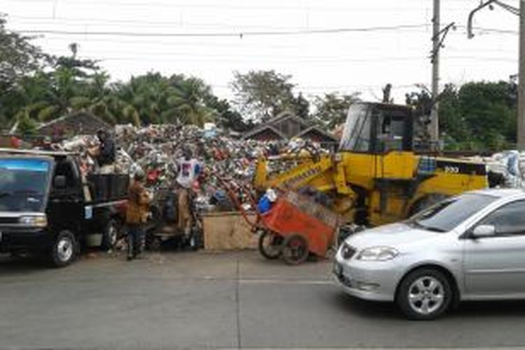 Tempat Pembuangan Sampah (TPS) Lontar di Lenteng Agung, Jagakarsa, Jakarta Selatan, Sabtu (12/4/2014).