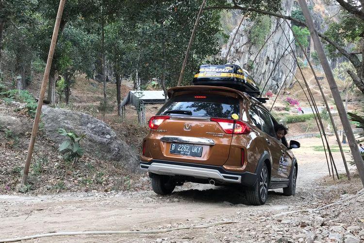 Honda BR-V saat melewati turunan terjal di Wisata Batu Lawang, Cirebon, Jawa Barat.