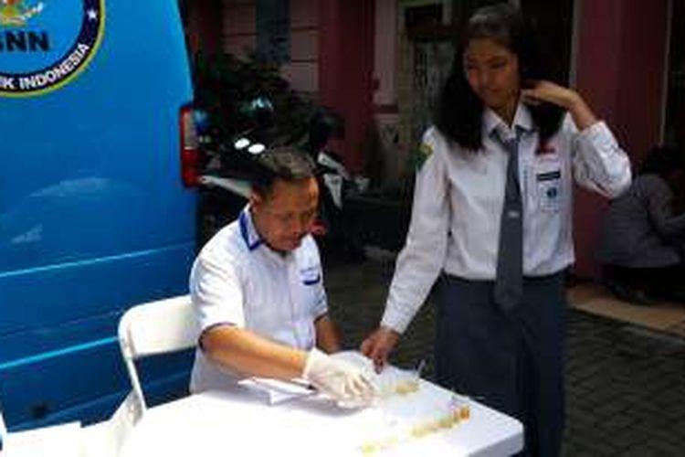 Seorang pelajar di SMA Laboratorium Kota Malang usai menjalani tes urine oleh BNN Kota Malang, Senin (9/1/2017)