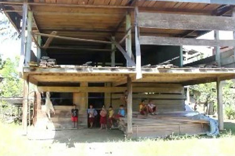Miris, Sekolah Satu Atap Di Mateng Menumpang Belajar Di Kolong Rumah Warga