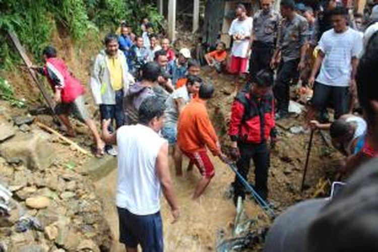 Banjir menerjang Kota Ambon, Maluku, Selasa (30/7/2013). Delapan orang ditemukan meninggal dan tujuh orang dinyatakan hilang, sementara puluhan orang lainnya mengalami luka.