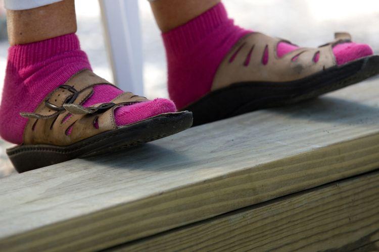 Ilustrasi sandal dan kaos kaki