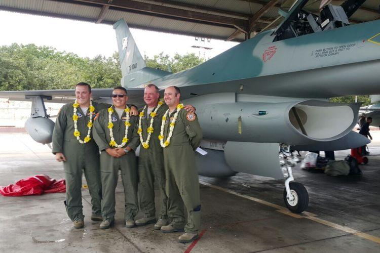 Empat penerbang tempur Angkatan Udara Amerika Serikat berpose di depan pesawat tempur jenis F-16 tipe C yang baru tiba di Lanud Iswahjudi, Kabupaten Magetan, Jawa Timur, Selasa (12/12/2017).