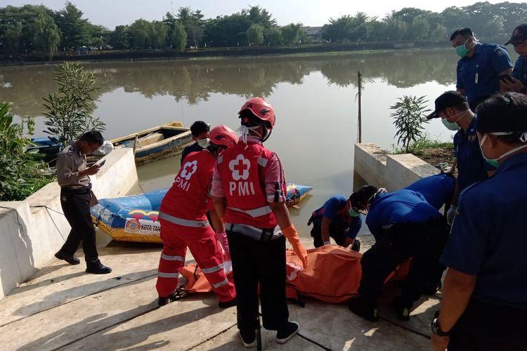 Proses evakuasi mayat tanpa identitas di Pintu Air 10 sungai Cisadane Kota Tangerang, Rabu (29/1/2020)