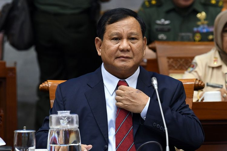 Menteri Pertahanan Prabowo Subianto bersiap mengikuti rapat bersama Komisi I DPR di kompleks Parlemen, Jakarta, Senin (11/11/2019). Rapat bersama antara DPR dan Kementerian Pertahanan (Kemhan) membahas rencana kerja Kemhan tahun 2020 beserta dukungan anggarannya. ANTARA FOTO/Aditya Pradana Putra/ama.   *** Local Caption ***