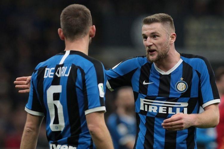 Stefan De Vrij berbicara dengan Milan Skriniar pada pertandingan Inter Milan vs Napoli di semifinal Coppa Italia yang digelar di Stadion Giuseppe Meazza, 12 Februari 2020.