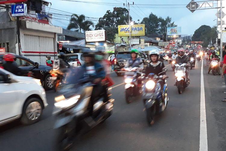 Jalur Puncak Cisarua Kabupaten Bogor, Jawa Barat, Sabtu (8/6/2019).