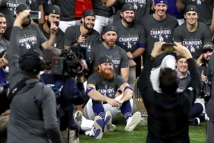 Justin Turner (duduk di paling bawah, berjenggot merah) merayakan kemenangan Los Angeles Dodgers di Gim 6 World Series pada 27 Oktober 2020. Ia tak mengenakan masker dan tidak menjaga jarak walau hasil tes menunjukkan dirinya positif Covid-19.