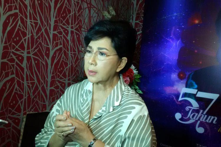 Titiek Puspa diabadikan di Rumah Makan Sederhana, Jalan Juanda, Jakarta Pusat, Kamis (15/6/2017). Ia menghadiri jumpa pers konser tunggal Elly Kasim yang digelar di Teater Jakarta, Taman Ismail Marzuki (TIM), Jakpus, pada 29 Juli 2017.