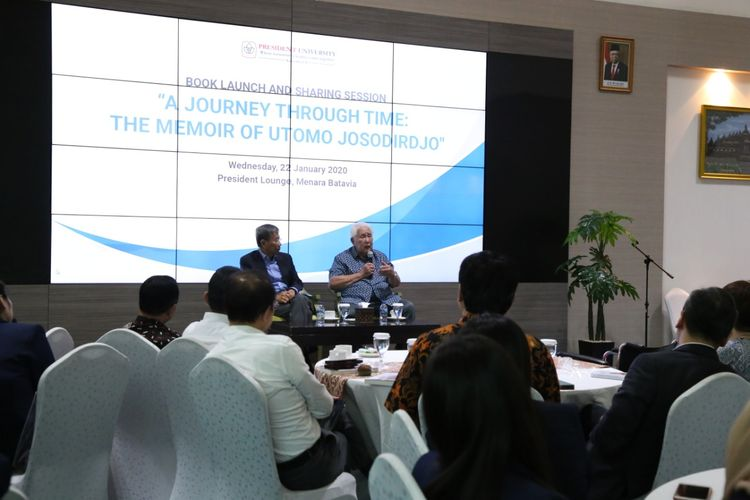 Peluncuran buku berjudul dan sharing session ?A Journey Through Time: The Memoir of Utomo Josodirdjo? dilaksanakan di President Lounge, Jakarta pada Rabu (22/1/2020) dan dihadiri mahasiswa serta dosen President University.