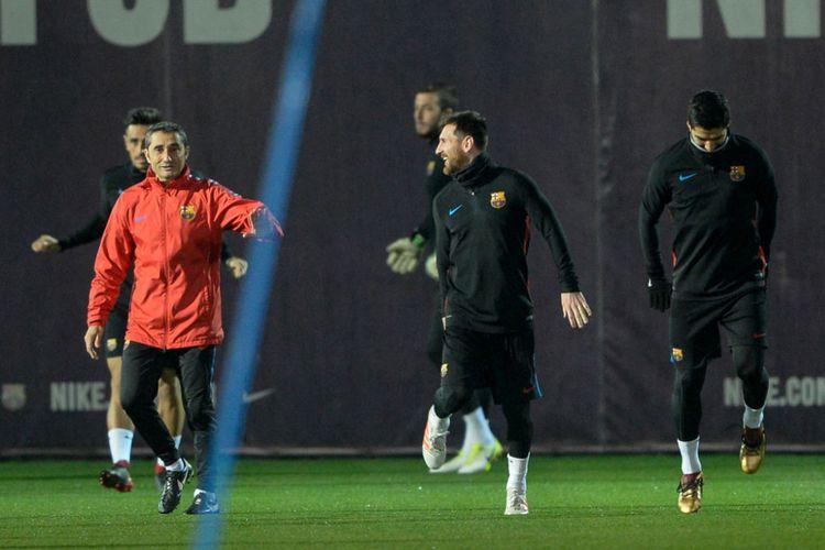 Ernesto Valverde tampak berbincang dengan Lionel Messi pada sela-sela latihan Barcelona dii markas klub, 25 November 2017.