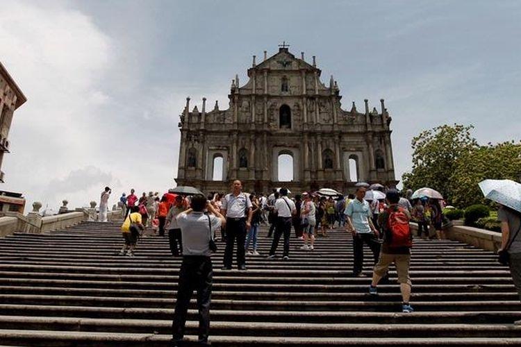 Wisatawan mengunjungi reruntuhan bangunan Gereja St Paul, Macau, Minggu (13/5/2012).