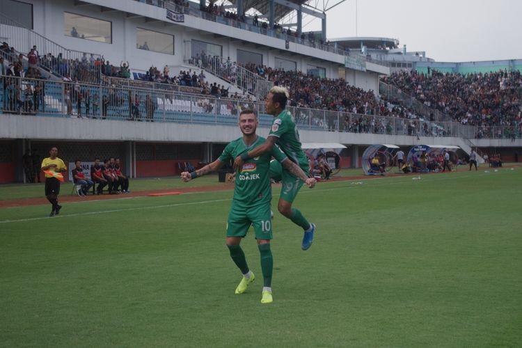 Pemain PSS Sleman, Yevhen Bokhashvili dan Kushedya Yudo merayakan gol ke gawang Kalteng Putra di Stadion Maguwoharjo, Sleman, Jumat (18/10/2019).