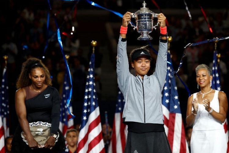 Petenis Jepang, Naomi Osaka, berpose dengan trofi juara US Open 2018 setelah memenangi pertandingan final melawan Serena Williams dari Amerika Serikat, Minggu (9/9/2018).