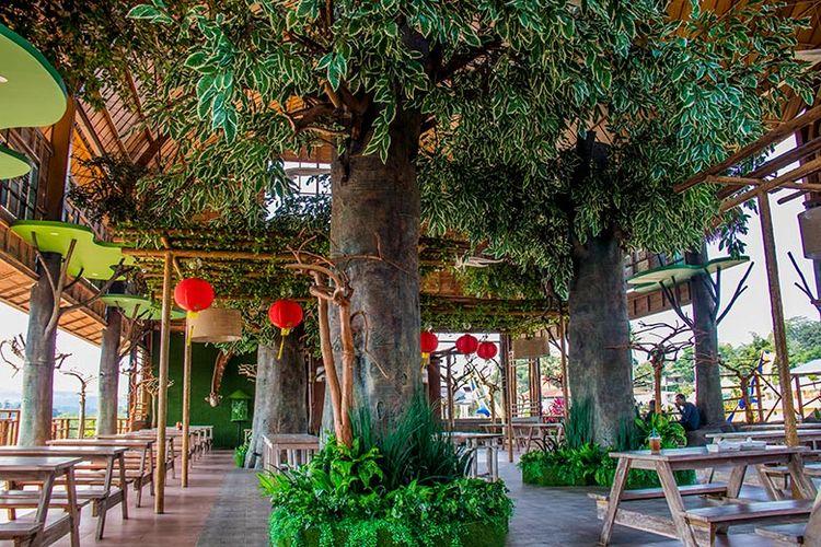Nuansa Hutan di Rimba Resto Saloka Theme Park.