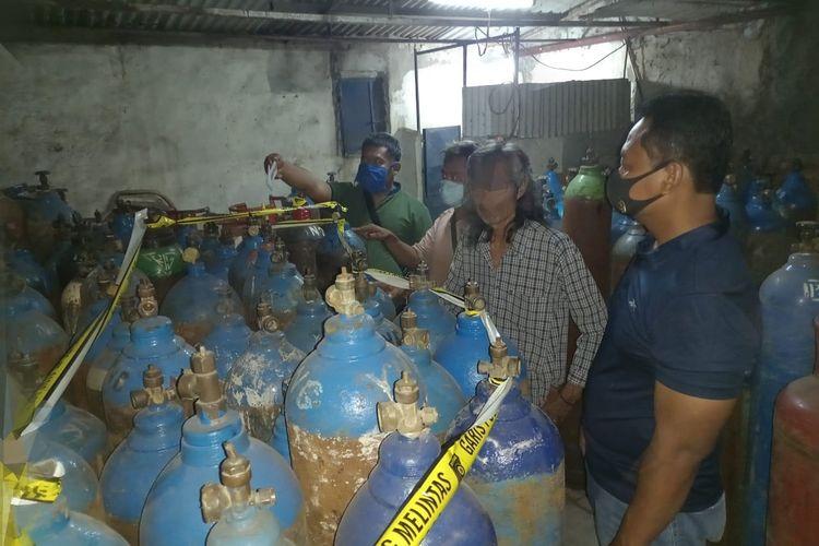 Unit Reskrim Kawasan Muara Baru menangkap tiga tersangka pencurian puluhan tabung gas oksigen di kawasan Pelabuhan Muara Baru dan Pelabuhan Muara Angke, Penjaringan Jakarta Utara.