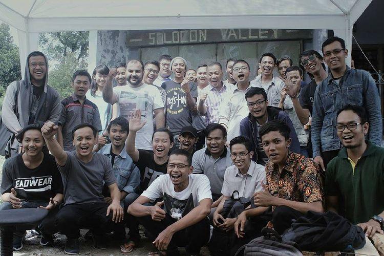 Anggota Solocon Valley berfoto di markas lama mereka di Mipitan, Mojosongo, Jebres, Solo, jawa Tengah.