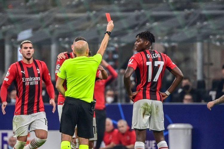 Gelandang AC Milan Franck Kessie mendapat kartu kuning keduanya dari wasit Cuneyt Cakir hanya pada 30 menit pertama laga fase grup Liga Champions kontra Atletico Madrid, Rabu (29/9/2021) dini hari WIB.