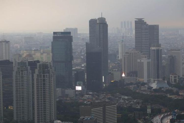 Awan gelap menyelimuti Kota Jakarta di kawasan perkantoran, Jakarta Pusat, Kamis (10/11/2016).