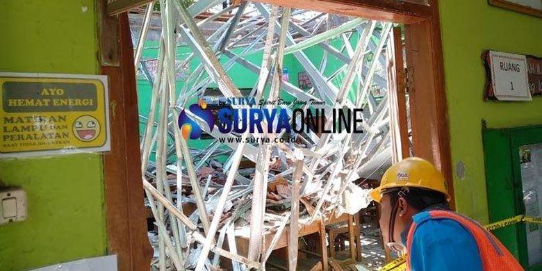 Ruang kelas SDN Gentong Pasuruan yang atapnya ambruk.