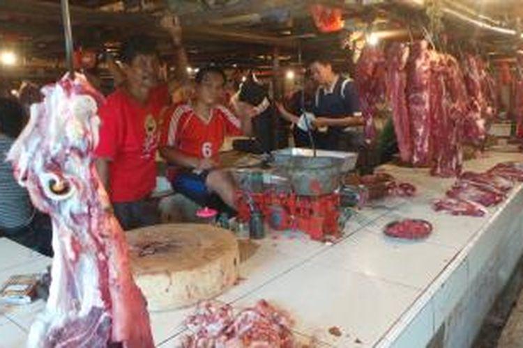 Pedagang daging sapi di Pasar Perumnas Klender, Jakarta Timur. Kamis (13/8/2015).