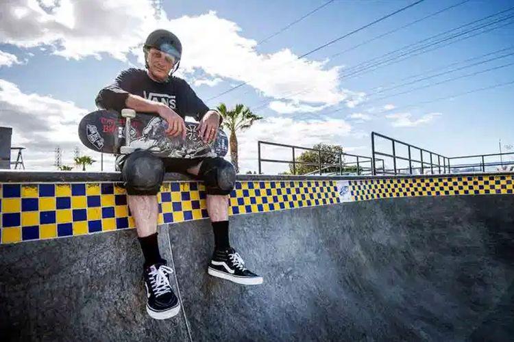 Ikon dunia skateboarding Tony Hawk kini resmi menjadi rekanan Vans.