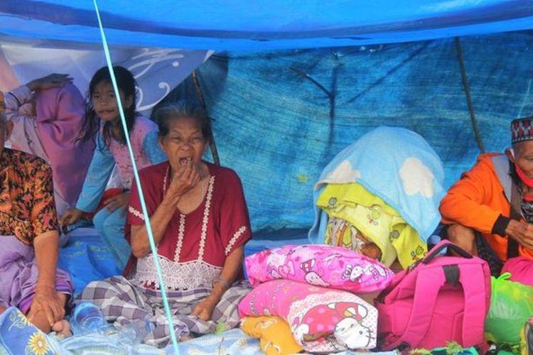 Sejumlah warga mengungsi di ketinggian di Mamuju Sulawesi Barat, Sabtu (15/1/2021).