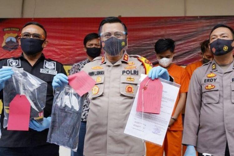 Kepala Kepolisian Resor Batang AKBP Edwin Louis Sengka didampingi Kasatreskrim AKP Budi Santosa saat gelar perkara kasus suami bunuh istri di Mapolres Batang, Jumat (27-11-2020).