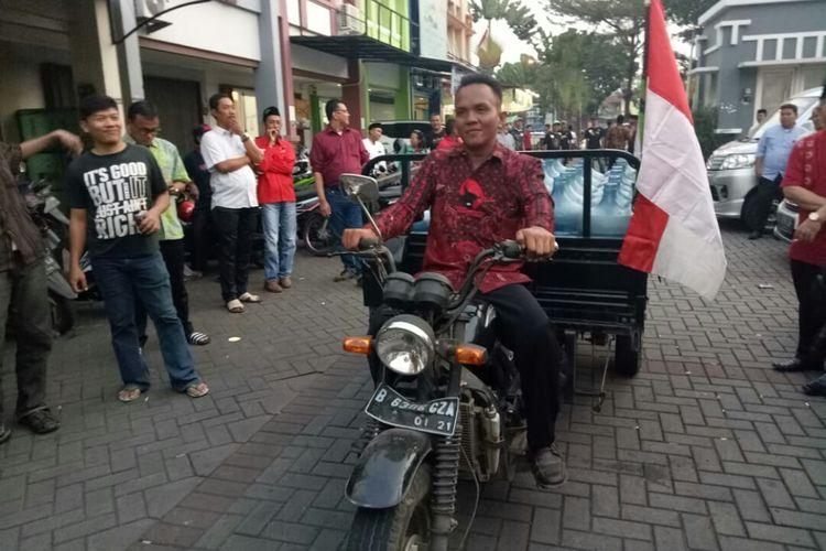 Yusrianto saat mengembalikan formulir pendaftaran bakal calon wali kota Tangerang Selatan ke DPC PDI-P, Selasa (17/9/2019). Dalam pengembalian formulir dengan cara unik yang membawa gerobak motor berisikan galon kosong