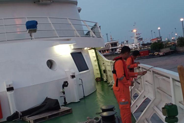 Badan SAR Nasional (Basarnas) mengerahkan KN SAR 103 Wisnu guna mengevakuasi Kapal Motor (KM) Bahari Indonesia yang mengalami kebakaran di Laut Jawa, sekitar pukul 15.30 WIB, Selasa (21/7/2020).